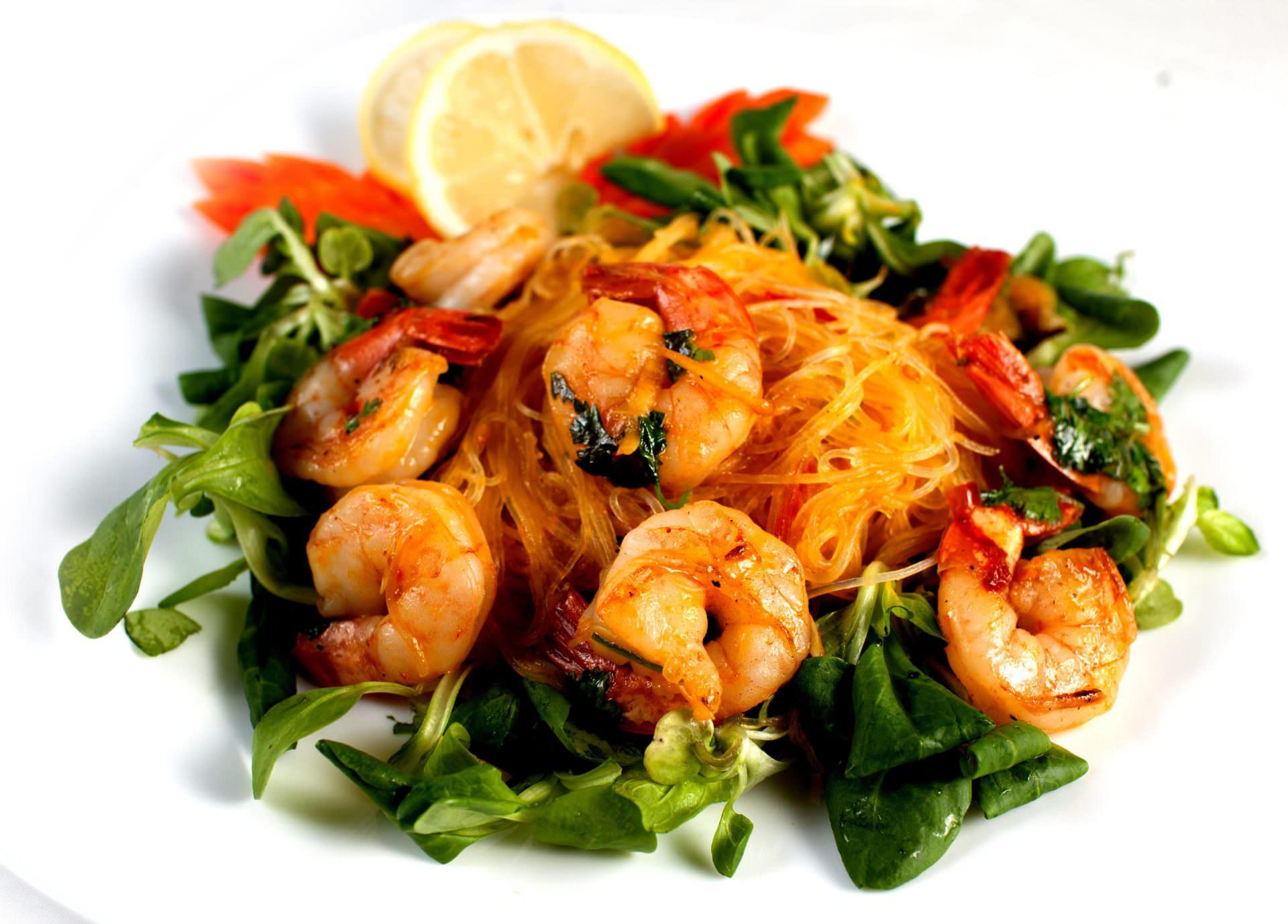 Салат из креветок и рисовой лапши
