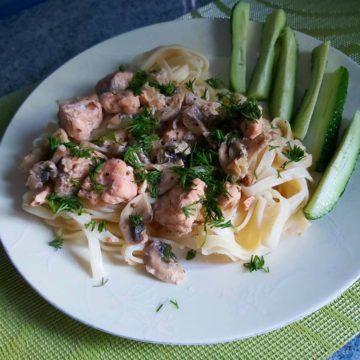 Паста с лососем и шампиньонами в сливочном соусе