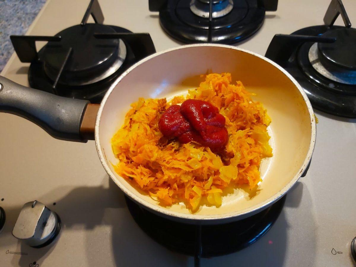 Добавление томатной пасты в овощи
