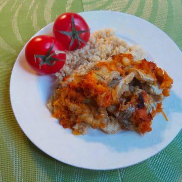 Минтай с луком и морковью, запеченный в соевом соусе