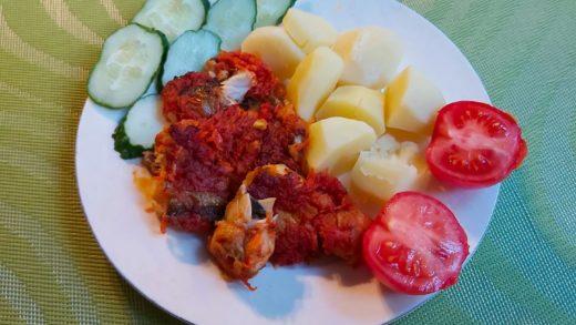 Запеченный минтай с луком, морковью и томатной пастой