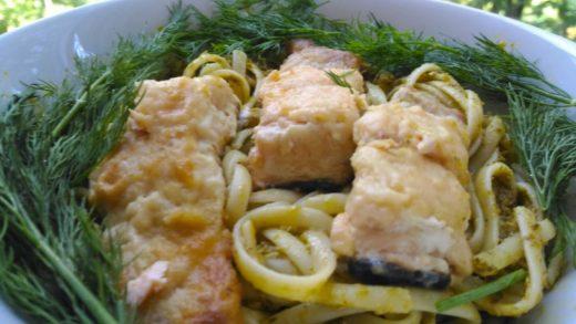 Паста с лососем в сливочном соусе с добавлением песто
