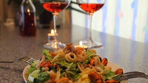 Салат с морепродуктами и яблоком