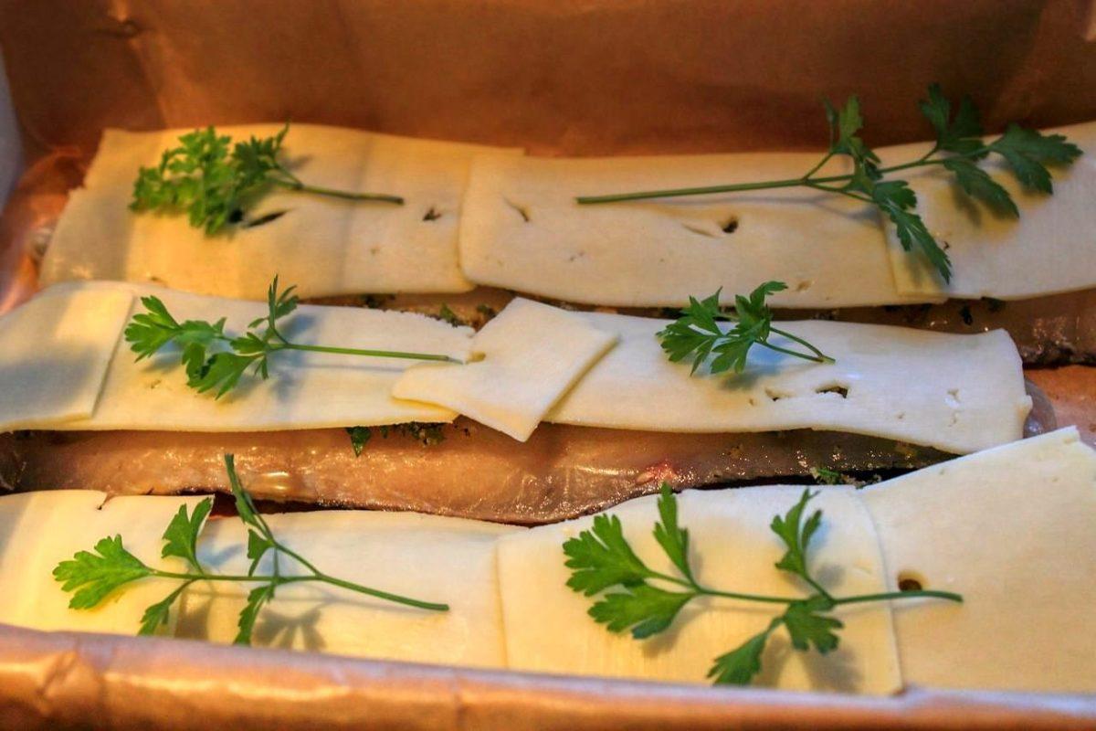 Хек с кусочками сыра