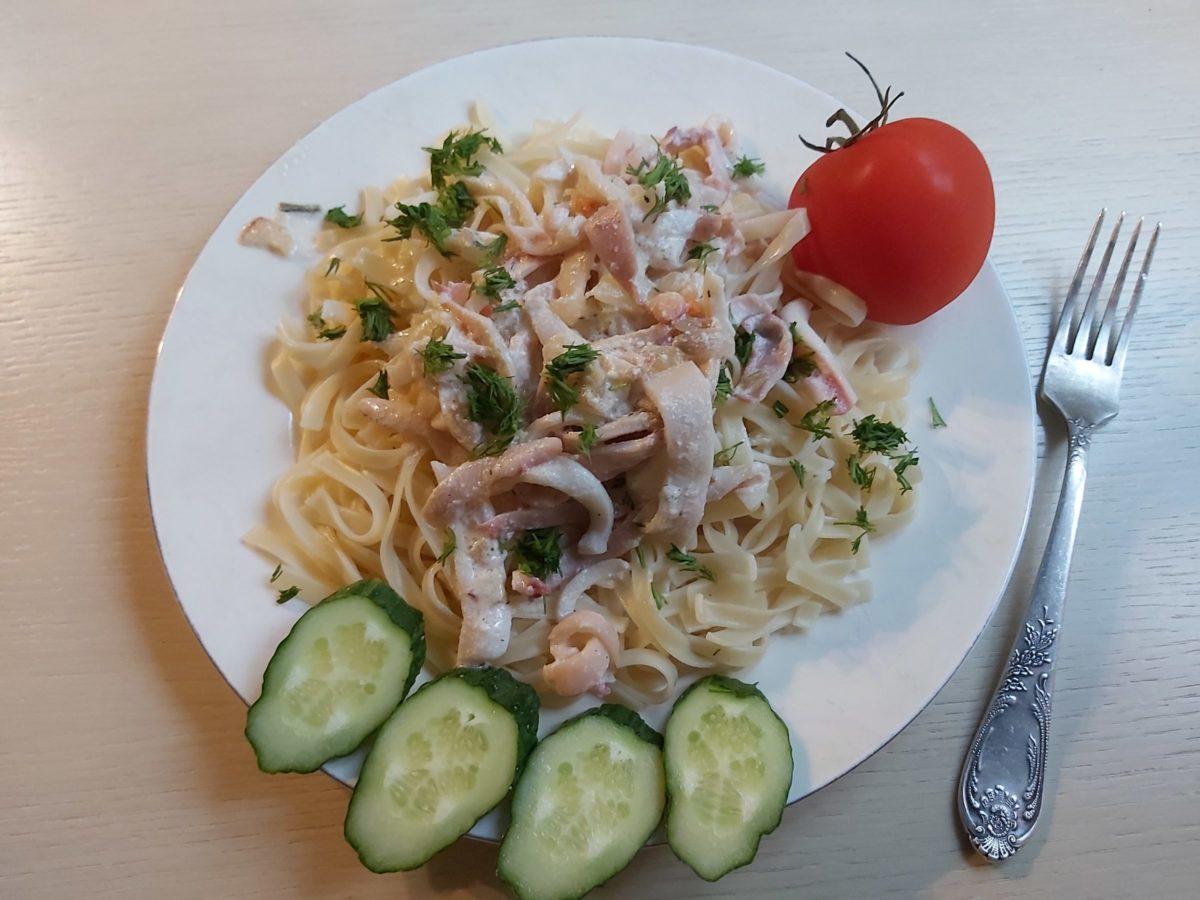 Сервировка овощами пасты с кальмарами