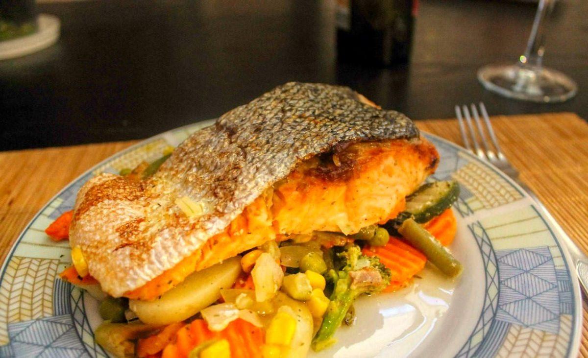 Сервировка лосося с овощами