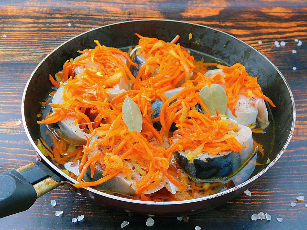 Скумбрия с морковью и луком в процессе приготовления